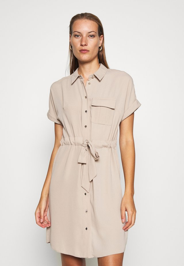 UTILITY DRAWCORD STONE SHIRT DRESS - Vestido camisero - beige