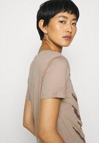 Cream - LEEVA - Print T-shirt - taupe gray - 3