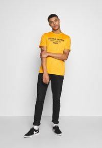 Pier One - T-shirt med print - yellow - 1