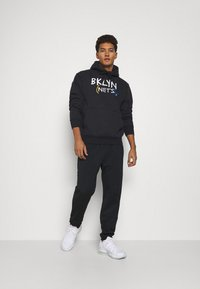 Nike Performance - NBA BROOKLYN NETS CITY EDITION ESSENTIAL HOODIE - Article de supporter - black/white - 1