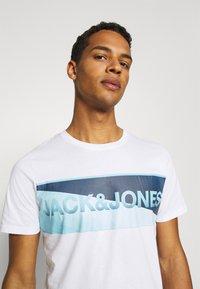 Jack & Jones - JCOJENSON TEE CREW NECK - Print T-shirt - white - 3