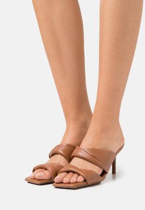 GALENDRA - Pantofle na podpatku - cognac