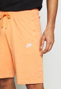 Nike Sportswear - CLUB - Shorts - orange trance/white - 4