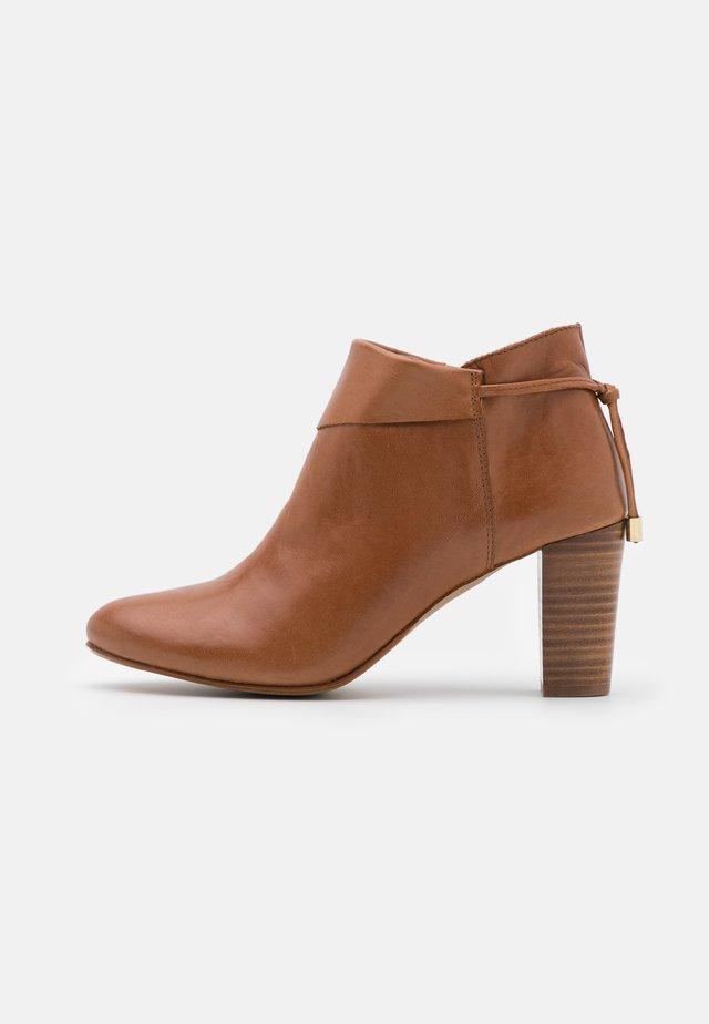 MAYELIS - Kotníková obuv - camel