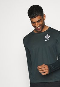 Nike Performance - PACER CREW  - Sports shirt - seaweed/asparagus/reflective silver - 3