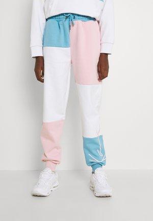 SIGNATURE BLOCK PANTS - Pantaloni sportivi - light blue