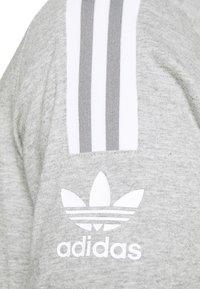 adidas Originals - TECH TEE UNISEX - T-shirt imprimé - medium grey heather - 6