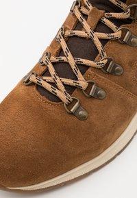 Barbour - MILLS - Šněrovací kotníkové boty - rust - 5