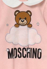 MOSCHINO - BABYGROW HAT GIFT SET UNISEX - Beanie - sugar rose - 3