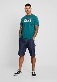 Vans - CLASSIC - Print T-shirt - trekking green - 1