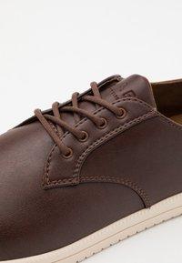 Clae - ELLINGTON - Stringate sportive - brown - 5