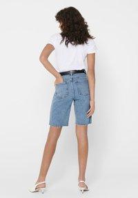 ONLY - JEANSSHORTS ONLEMILY HW LONG - Jeansshorts - light blue denim - 2
