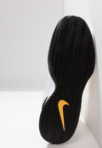 Nike Performance - COURT AIR MAX WILDCARD CLAY - Clay court tennis shoes - white/university gold/black - 4