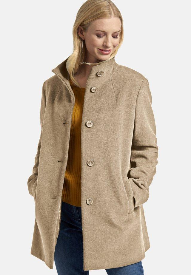 MIT KNOPFLEISTE - Short coat - camel