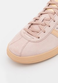 adidas Originals - BROOMFIELD UNISEX - Sneakers basse - ash pearl/halo amber/gold metallic - 5