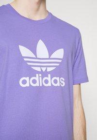 adidas Originals - TREFOIL UNISEX - Camiseta estampada - light purple/white - 3