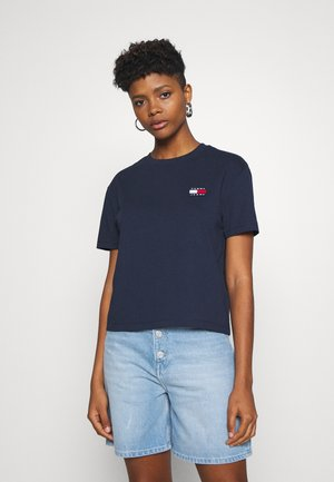 BADGE TEE - Jednoduché triko - twilight navy