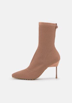 BARBICAN DRENCH - Kotníková obuv na vysokém podpatku - blush