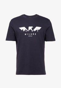 Emporio Armani - T-shirt z nadrukiem - blu navy - 3