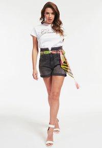 Guess - GUESS T-SHIRT LOGO APPLIKATIONEN - Print T-shirt - weiß - 1