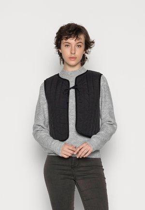PCFERNE SHORT QUILTED VEST - Vest - black