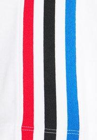 adidas Originals - PRIMEBLUE ADICOLOR ORIGINALS RELAXED T-SHIRT - Print T-shirt - white - 6