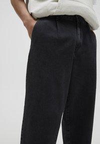 PULL&BEAR - MIT BUNDFALTEN - Jeans Relaxed Fit - black - 3