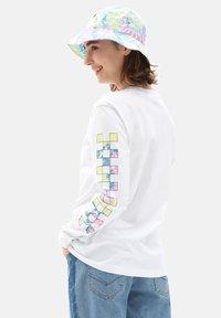 Vans - WM DYE VIBE - Print T-shirt - white - 1