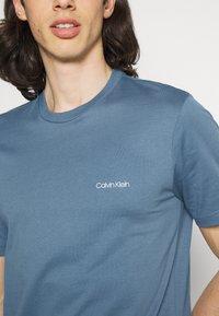 Calvin Klein - CHEST LOGO - T-shirt - bas - blue - 3