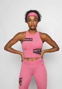 Nike Performance - CROP TROMPE - Camiseta de deporte - desert berry - 0