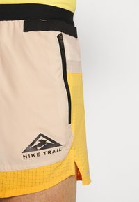 Nike Performance - TRAIL - Pantalón corto de deporte - solar flare/beach/black - 4