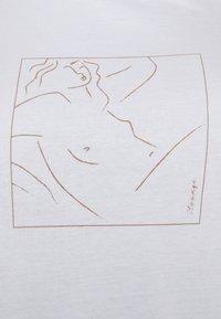 Pieces Curve - PCLASIE TEE  - Triko spotiskem - bright white/laziness - 4