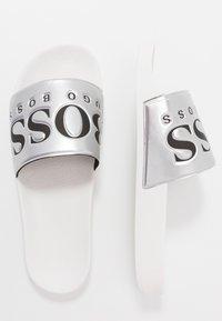 BOSS - SOLAR SLID - Pantofle - silver - 1
