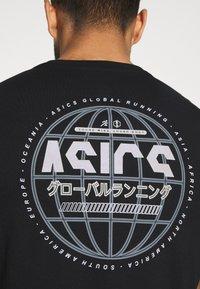 ASICS - GRAPHIC TEE - T-shirts print - performance black - 5