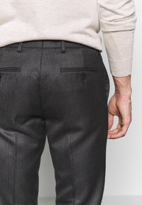 Isaac Dewhirst - HERRINGBONE TROUSER WITH TURN UP - Pantaloni - grey - 5