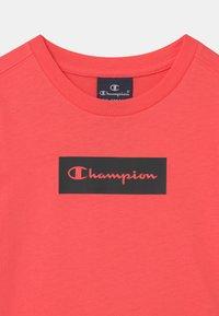Champion - AMERICAN PASTELS CREWNECK UNISEX - T-shirt imprimé - coral - 2