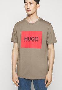HUGO - DOLIVE - T-shirt imprimé - light/pastel brown - 4
