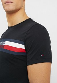 Tommy Hilfiger - LOGO TEE - T-shirt z nadrukiem - black - 5
