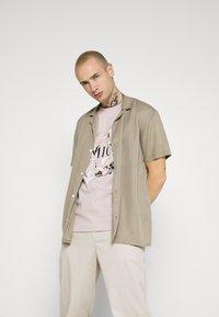 AMICCI - AVELLINO - Print T-shirt - sand - 3