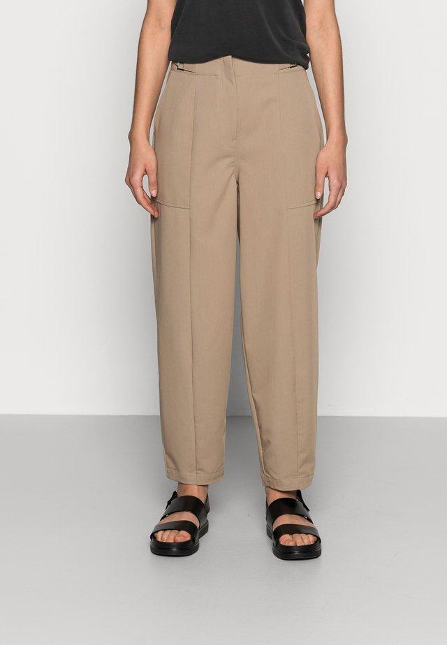 LUCCA BARREL PANT - Trousers - dune
