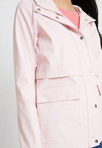 ONLY - ONLTRAIN RAINCOAT - Regnjakke / vandafvisende jakker - strawberry cream - 6