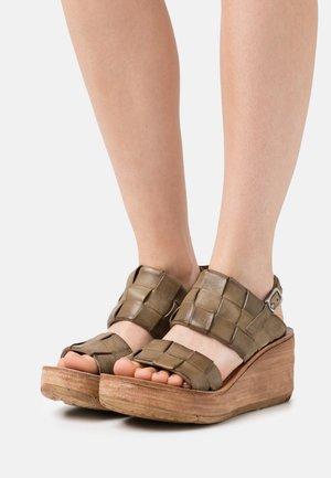 Sandały na platformie - africa