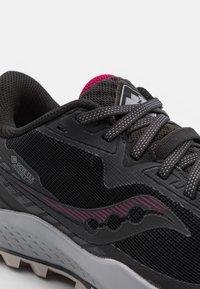 Saucony - PEREGRINE 11 GTX - Běžecké boty do terénu - black/cherry - 5
