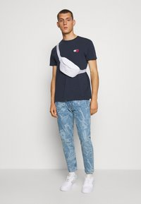 Tommy Jeans - BADGE TEE - Basic T-shirt - twilight navy - 1
