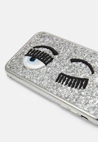 CHIARA FERRAGNI - GLITTER FLIRTING CASE IPHONE 11 - Phone case - silver-coloured - 3