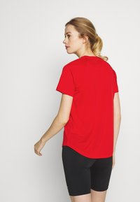 The North Face - WOMENS GRAPHIC PLAY HARD  - T-shirts med print - fiery red - 2