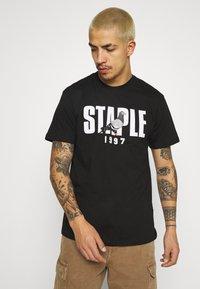 STAPLE PIGEON - 1997 LOGO TEE UNISEX  - Print T-shirt - black - 0