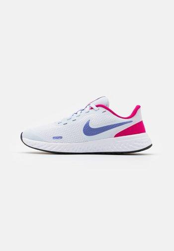 REVOLUTION 5 UNISEX - Neutral running shoes - football grey/purple pulse/fireberry/white