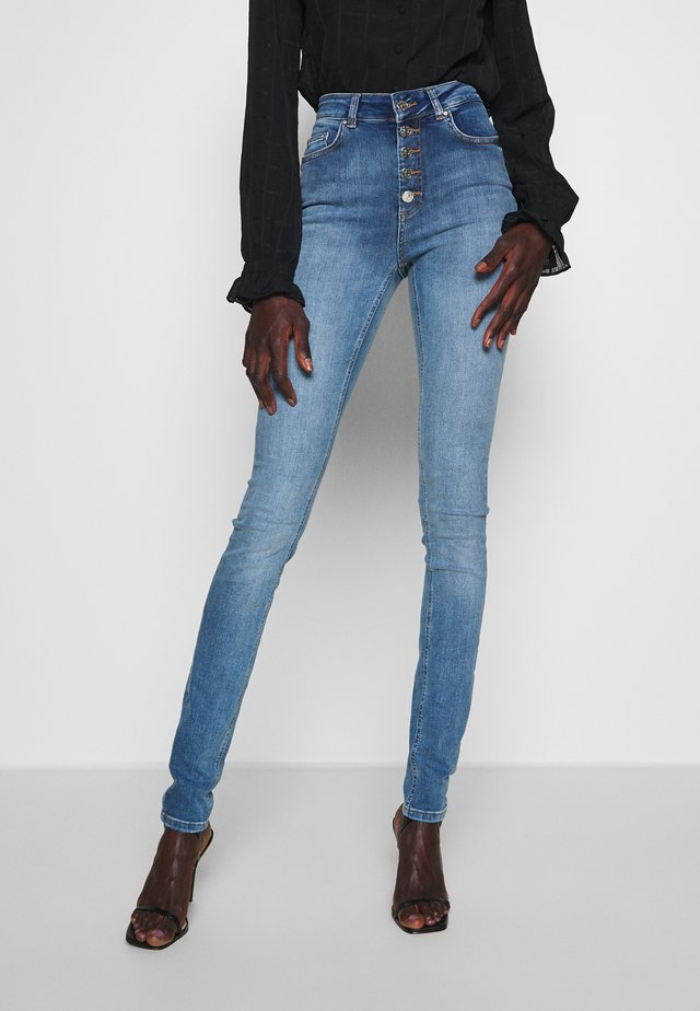 ONLBLUSH LIFE BUTTON - Jeans Skinny - medium blue denim