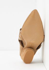 L37 - ON & ON - Pantolette hoch - brown - 6